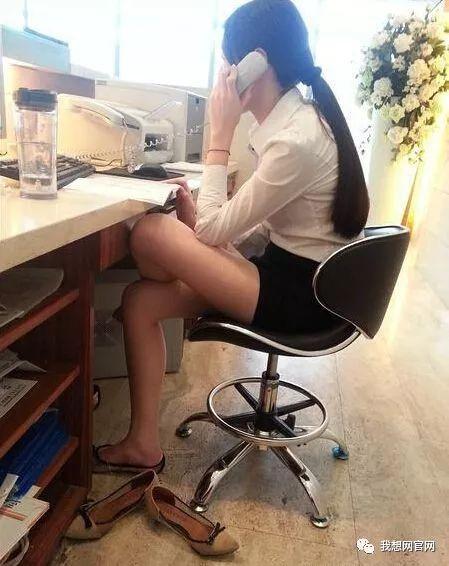 追女生绝招:一张抠脚丫子照片,就知道新来的大胸女同事,我追不上!