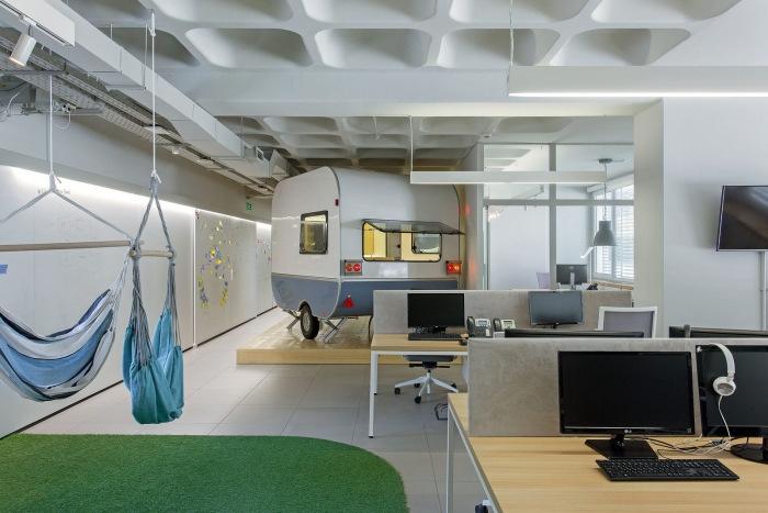 原标题:办公室装修设计需要注意的要点 一、设计理念和目标 办公室装修设计讲求的是现代感、秩序感和明快的风格,简约和实用。对于采光、保温、通风等要求较高。它应考虑到的因素包括:从功能出发考虑到空间划分的合理性;办公室入口的整体形象的完美性;提高公司人员的工作效率;森姆威可满,客户的需要和特点等。