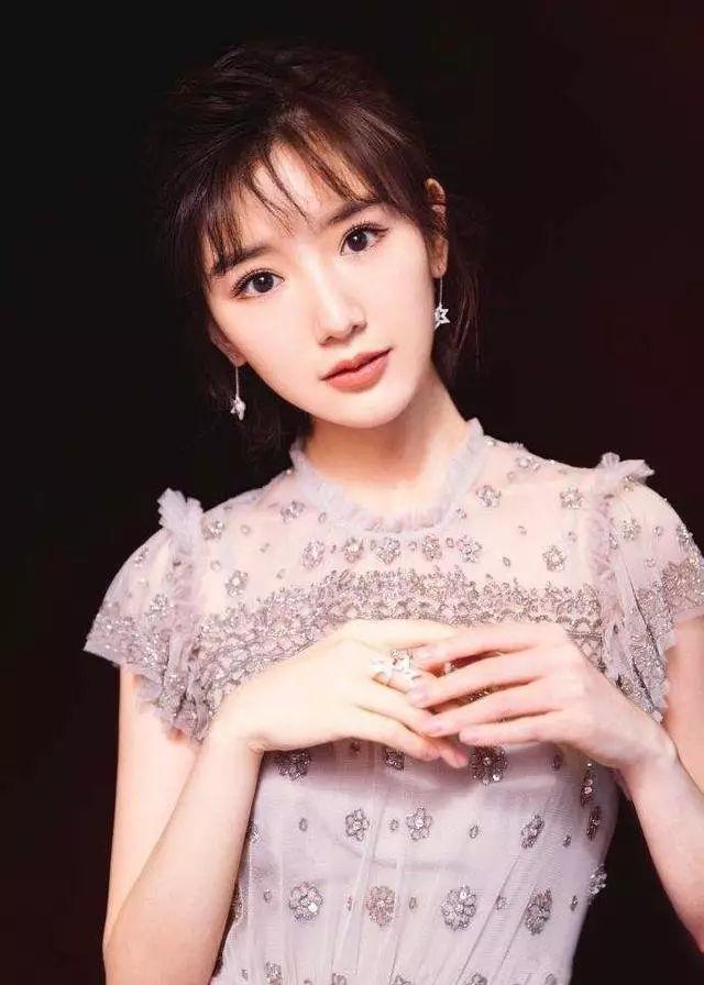 29岁毛晓彤跟蓝盈盈撞衫,网友:网红跟女神的区别一目了然图片