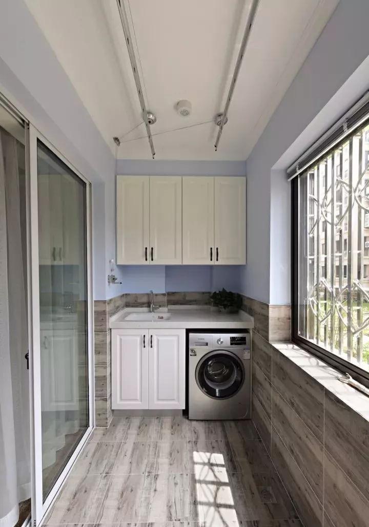 阳台地面铺贴木纹砖,延伸至墙裙的位置,搭配浅紫色乳胶漆墙面,并设计图片