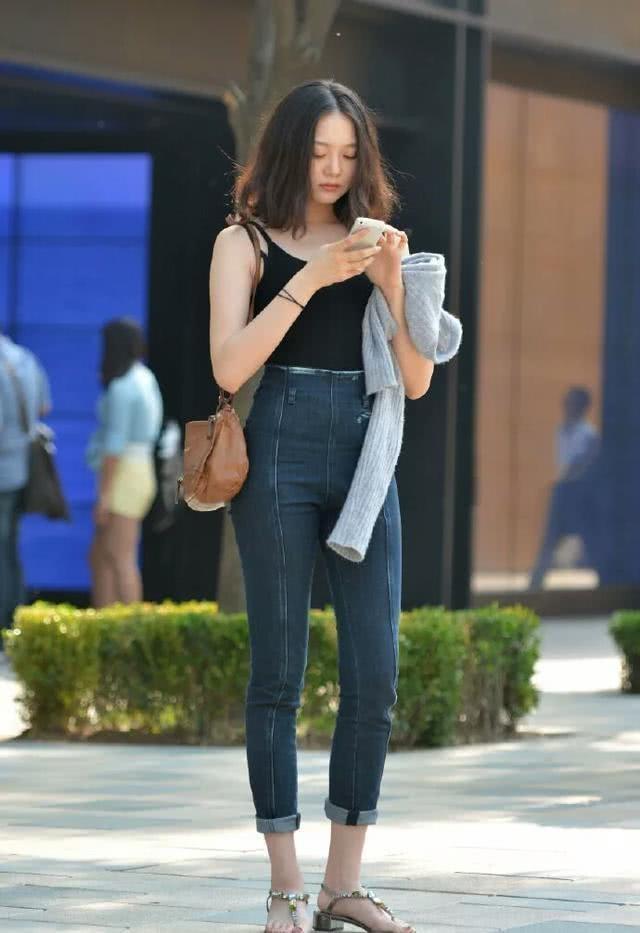 街拍:下班逛街的高腰牛仔裤美女,吊带背心雪白玉臂,翘臀肥硕柔软