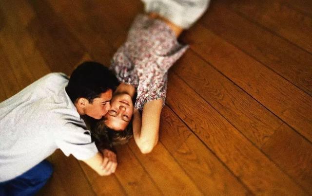 而且让双脚接触木地板的质感比较舒适,冬天也不冷.