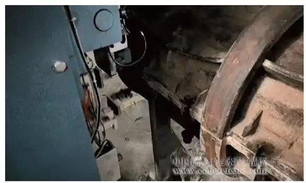 位于下模的合模螺栓经该上翻机械手翻转扶正到位后,由相应的气动扳手图片