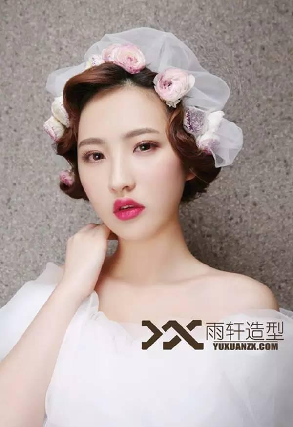 手推波复古造型,非常适合短发新娘,优雅又富有风情,古典韵味一簇就发.