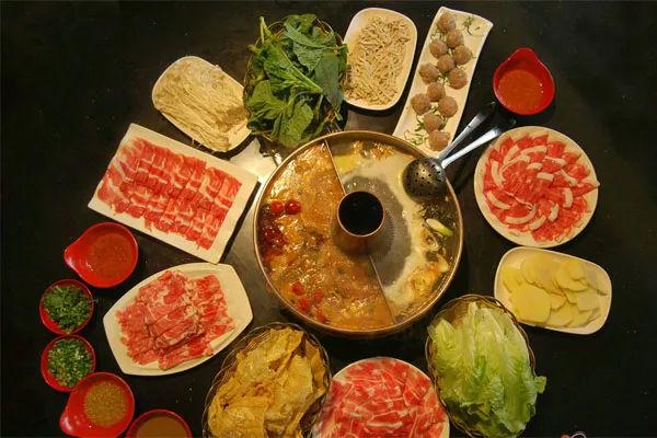 此食此刻鸿顺斋现宰羊肉涮锅正好 现宰小羊肉,来吃火锅不?
