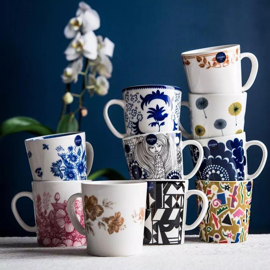 在20世纪初,arabia的餐具由各种简单的花纹和优美的图案装饰而成,深受
