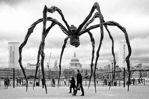 路易斯·布尔乔亚创作的巨型蜘蛛雕塑玛曼