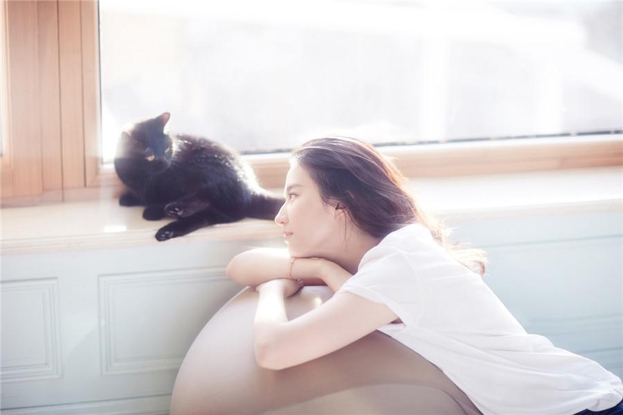 偷偷撸五月色_刘亦菲宠物主题写真大片曝光 暖阳下慵懒撸猫