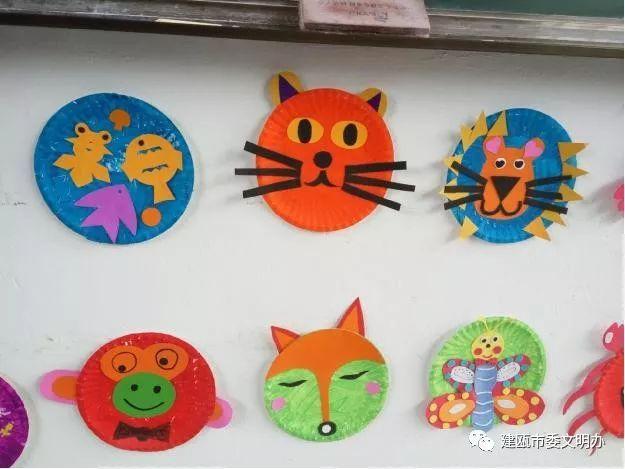 我的创意萌萌哒亲子创意活动:小班用旧报纸的动物创意拼贴画会让您眼前一亮,中班亲子的鹅卵石画和利用废旧碟片进行创作的作品真让人脑洞大开。大班的纸盘和毛线大变身,更让你赞叹不已。在亲子制作的过程中,不仅让孩子学会珍惜一切可利用资源,变废为宝,开拓思维,追求个性,也进一步拓宽孩子们了解废旧材料的用途以及多元设计的视野,提升了幼儿动手制作的能力,同时也让家长和孩子在活动中感受到亲子共同创作的乐趣。