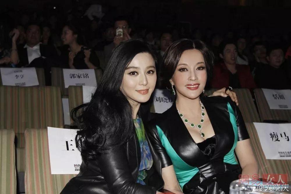 62岁刘晓庆与52岁刘嘉玲同框比美,网友:年纪越大,越有韵味!