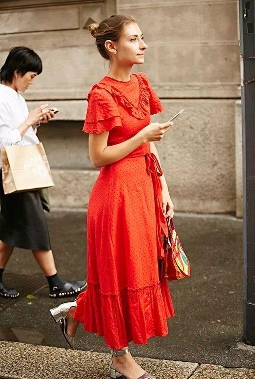 年会party怎么穿?!唐嫣的小红裙、杨幂的亮片装