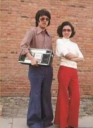 时尚 正文  上世纪六,七十年代,人们的穿着是青一色的灰,黑,蓝,大街上图片
