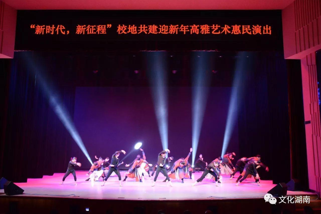 柔美的舞蹈,美妙的歌声,令观众沉浸于艺术的海洋里
