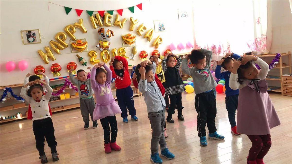 活动中,幼儿园气球和彩带随处可见,到处都是孩子和家长朋友们的欢声笑
