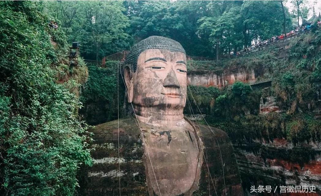 专家解释这是因为酸雨的污染导致大佛眼帘的黑色素增多,在视觉上就有了闭眼的效果。