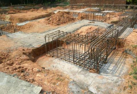 贵阳小伙回农村建房,地基抬高一米,用25吨水泥,老人竟