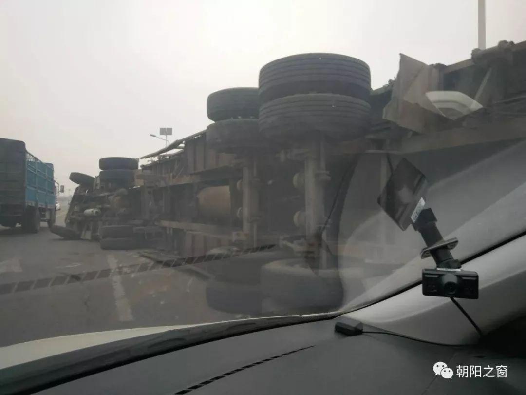 朝阳西大营子高速路口12路公交与一货车发生车祸 物品洒落一地