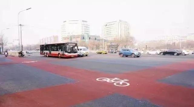 北京寒冬街头出现彩色塑胶自行车道,市民惊呼好看实用!