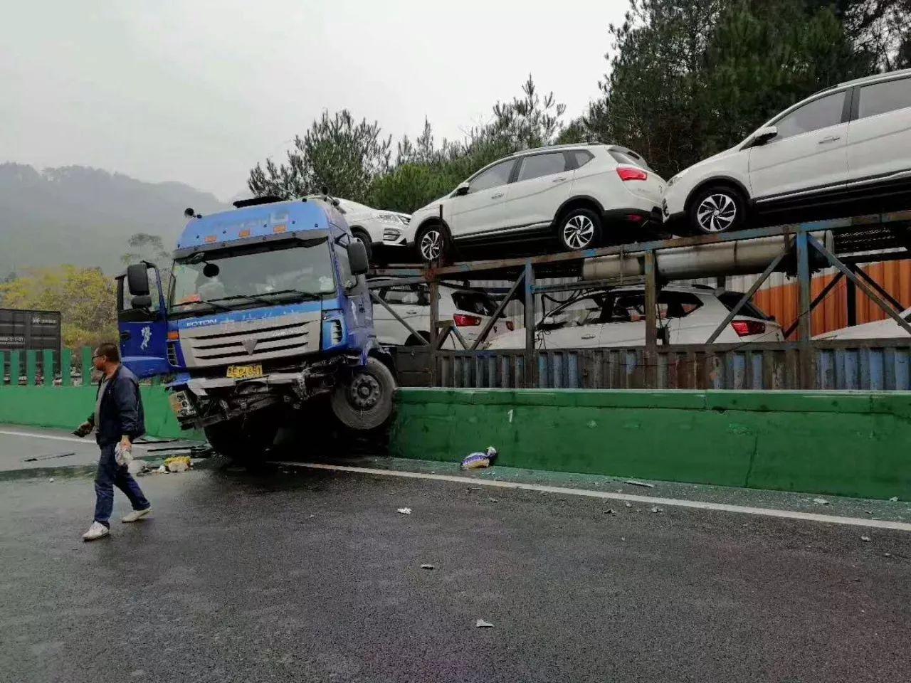 五菱小货车都要翻下来了……   柳州往桂林方向发生追尾事故   导致3名人员被困受伤   另有一起事故发生在不远处另一方向车道:g72泉南高速公路柳州往桂林方向1180公里+900米处发生追尾事故.