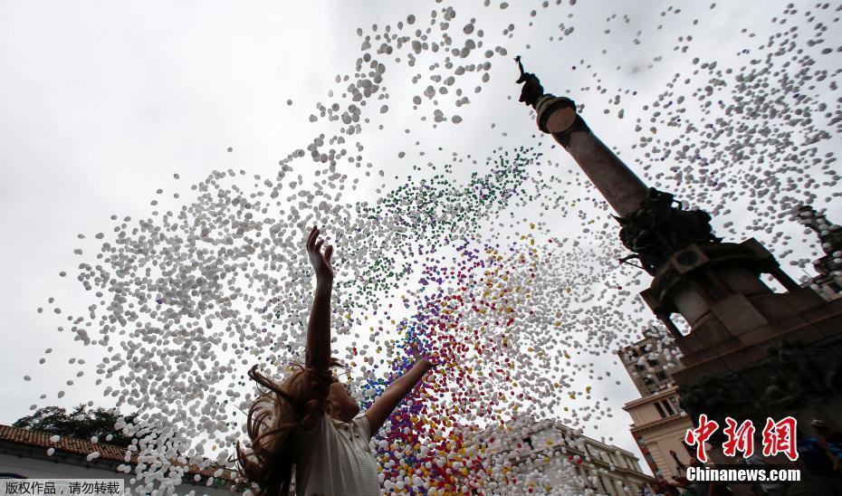 巴西圣保罗迎新年 放飞五彩气球遮天蔽日