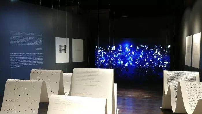 """艺术家试图通过本次展览探索""""版式设计""""作为一种独立的艺术门类的表达"""