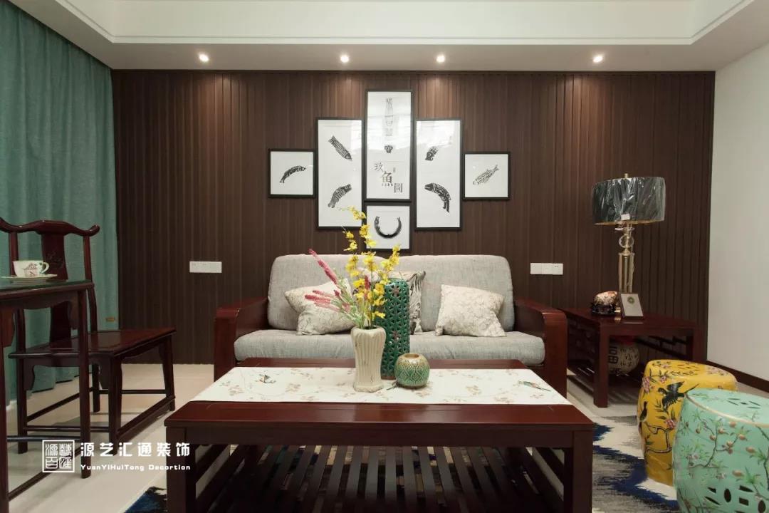 采用仿石纹瓷砖铺贴出电视背景墙,并用不锈钢修饰两侧,对称的中式壁灯图片