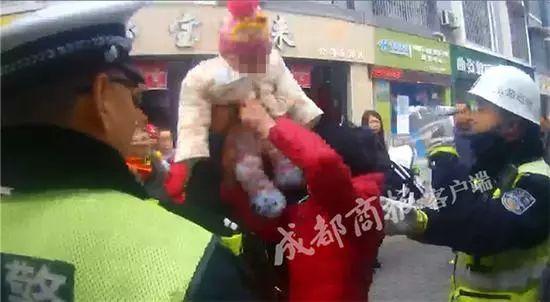 luihecai将6个月大的孙女四次砸向交警抗法,还有点人性吗?