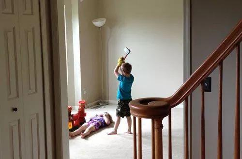 兄妹在家打洞_兄妹俩在家里打打闹闹,突然我看到了这样的画面.