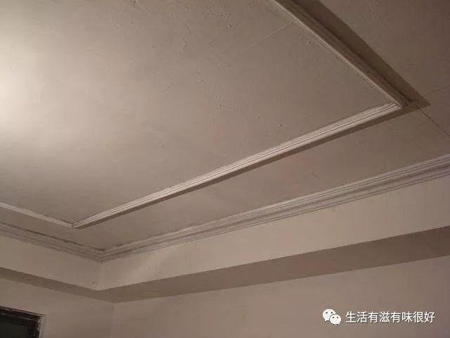 现在装修许多人都喜爱装个吊顶,首要意图就是装点一下空白的天花板,现在比较受欢迎的吊顶装饰是极简风格的石膏线条。我家的吊顶就是做50块钱一米的那种,用石膏线条圈几圈,想不到的是作用居然会这么美。