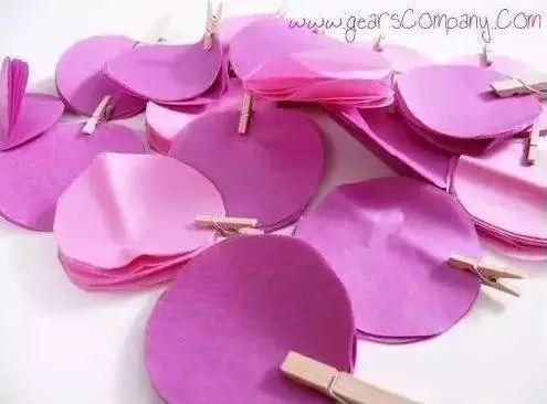 制作步骤:把皱纹纸重叠折在一起,借助杯子画圆并裁剪
