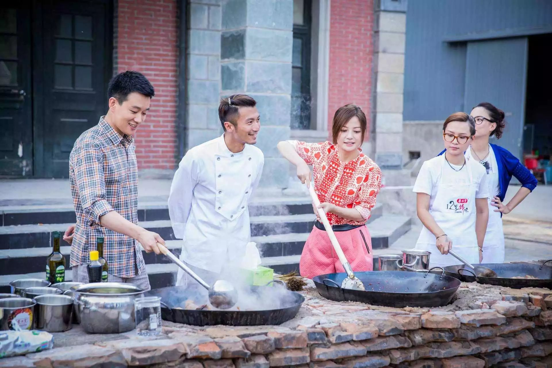 看得出来他们在做菜的过程中收获了不少快乐图片