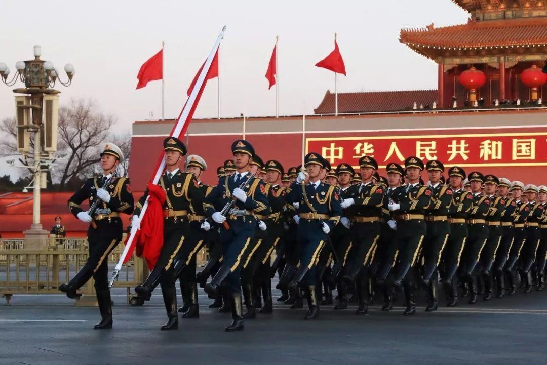 军事 正文  1月1日晨, 北京天安门广场举行隆重的升国旗仪式, 这是由图片