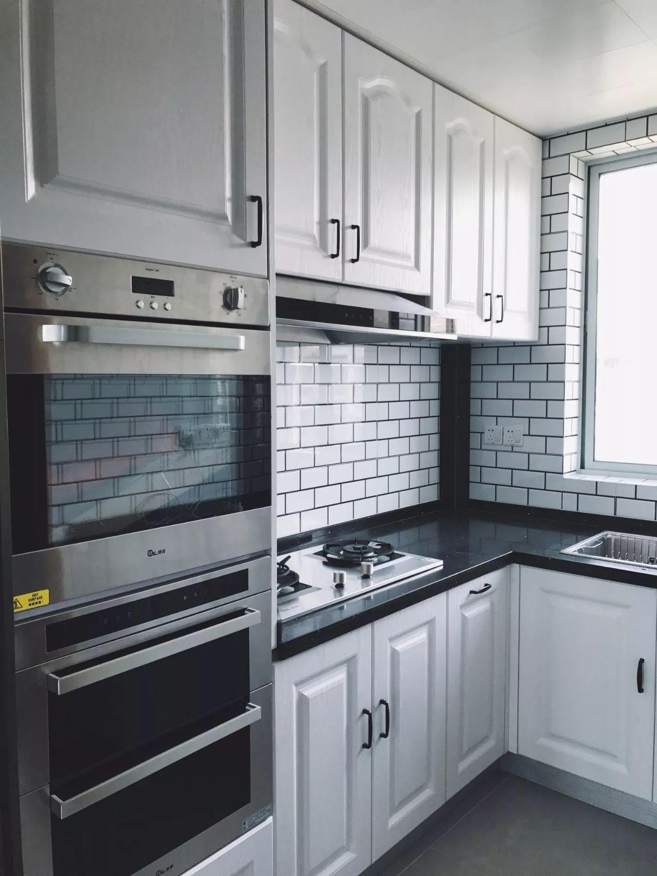 21 22 在于欧式的厨房中,以金属 陶瓷组合的欧式拉手就是欧美风厨房里