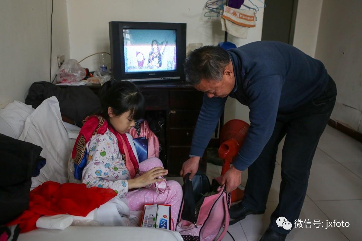 13岁女孩瘦肚子_13岁女孩身患罕见病无钱医治 肚子鼓得像皮球