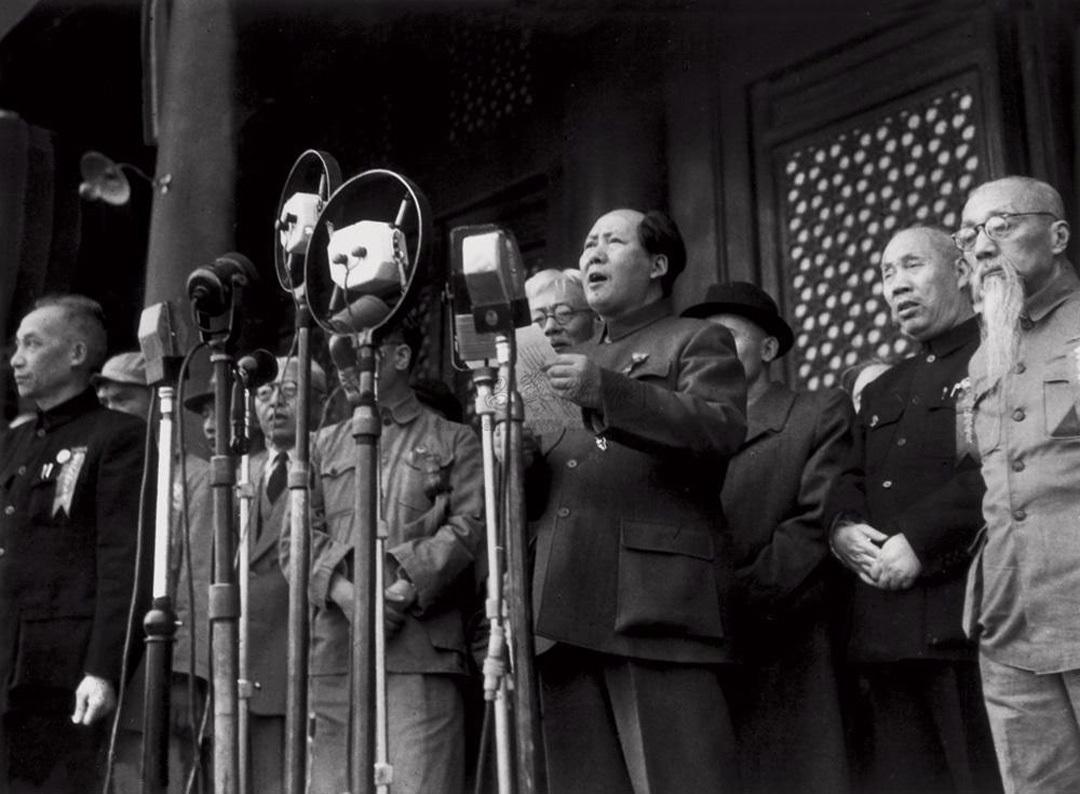 历史 正文  开国大典时,毛主席在前面讲话,后面站着一位老者,穿着黑色