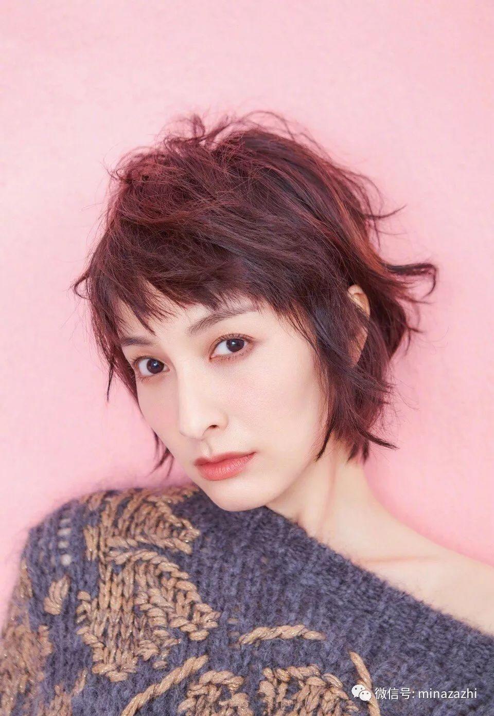 吴昕的这款短卷发带着一股浓浓的法式复古风,再搭配眉上刘海,十分俏皮图片