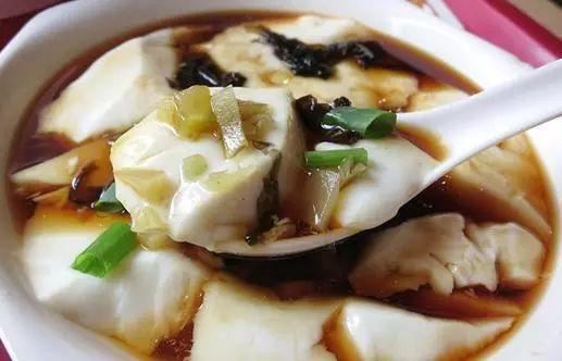 北方人美食也爱吃豆腐脑,与南边不同的是,他们的豆腐脑是咸的.赤峰早餐介绍图片