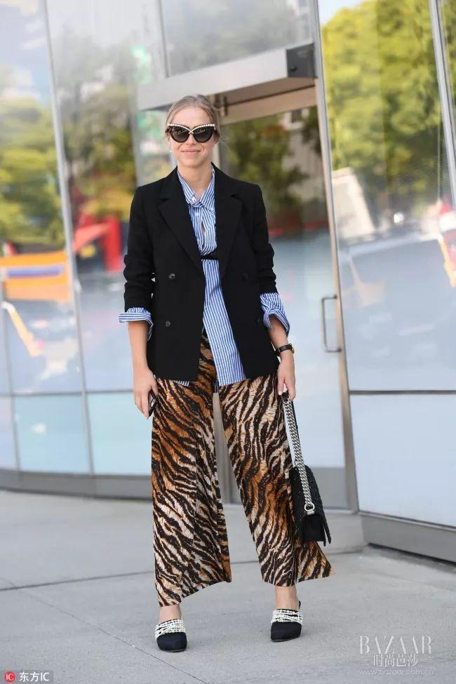 时尚 正文  最街头感的搭配莫过于皮衣 印花毛感大衣的外套叠穿了!图片