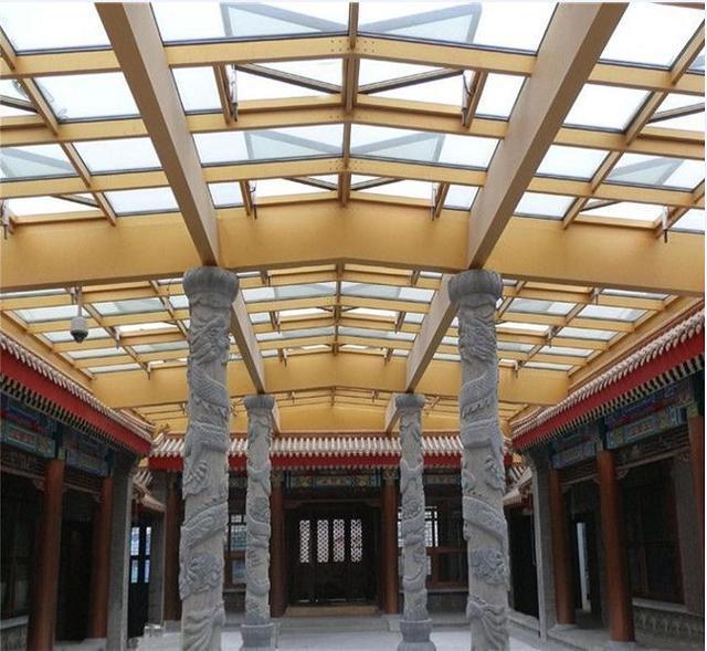 由于四合院阳光房跨度过大,为了将它封闭的同时保证安全性,阳光房顶