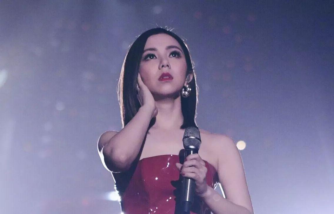 时尚 正文  她在江苏卫视的跨年演唱会上,选择了红裙配红唇,整个人看图片