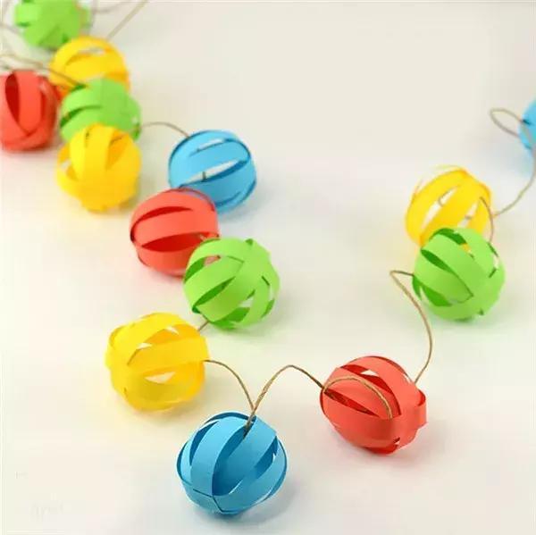 把彩纸裁成纸条就可以做出超级简单超级美的纸串灯笼,换一种颜色,还能