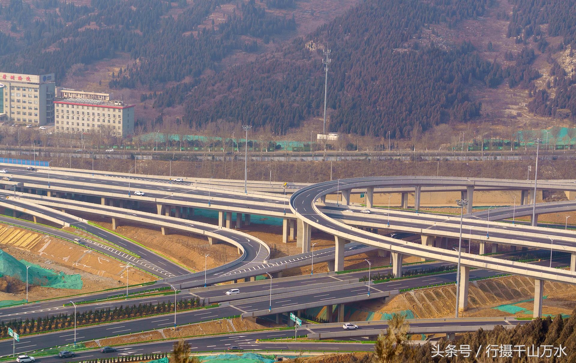 扳倒井立交桥是济南二环南路高架和二环东路高架桥的交汇点,是济南最