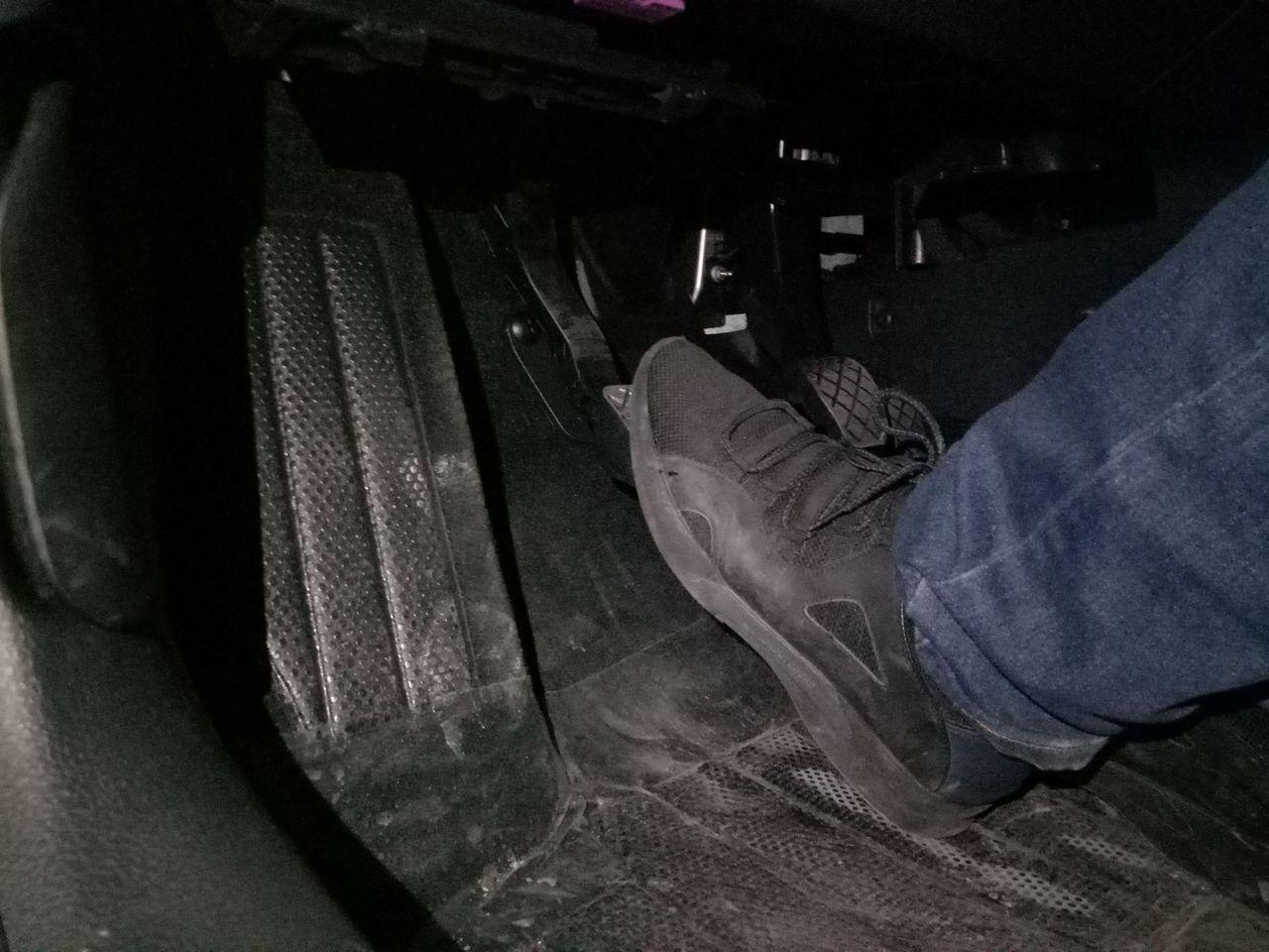 倒车的时候该如何踩离合器