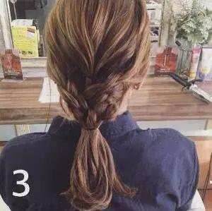 step2:然后将头发平均分成三等份,分别编成三股麻花辫.