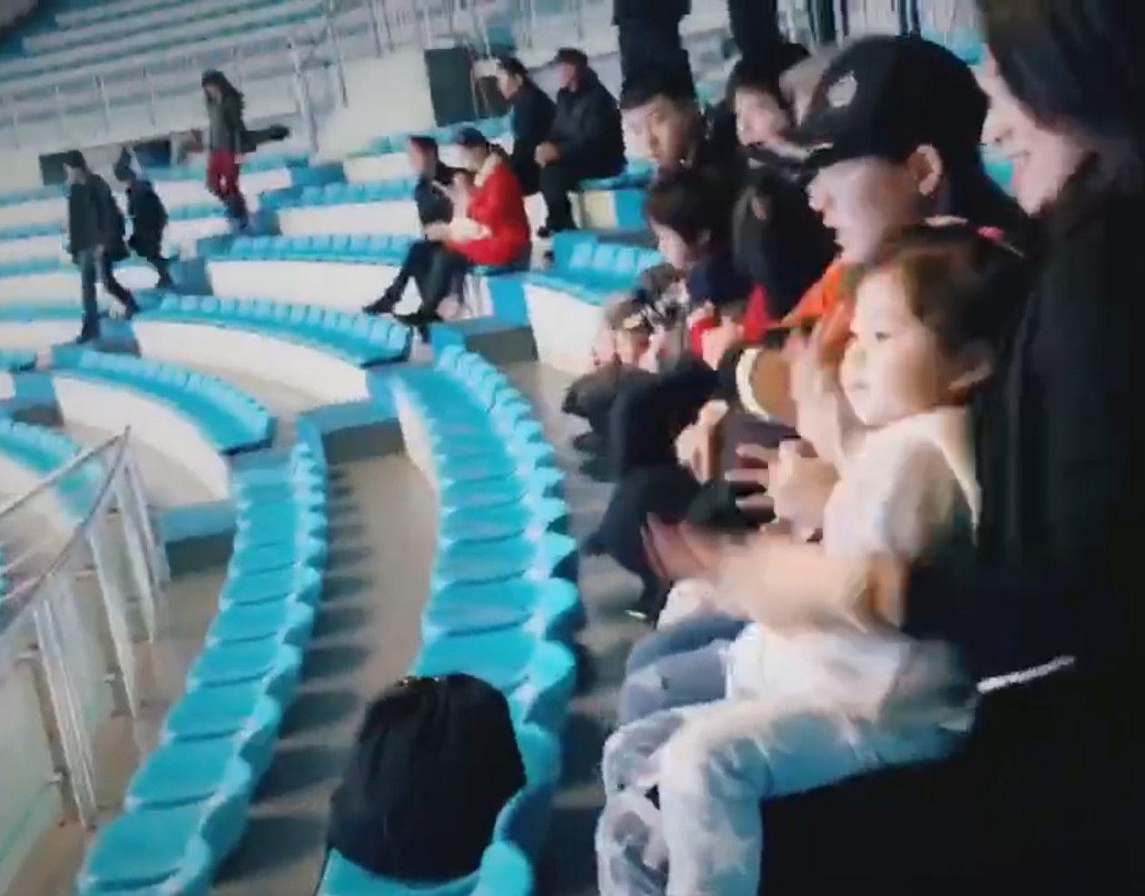 章子怡带俩女儿看海豚表演,教醒宝摆手,被小苹果说 神经病