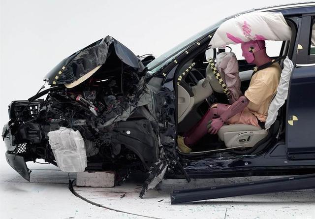 倘若不是车门外部的钢板有破损