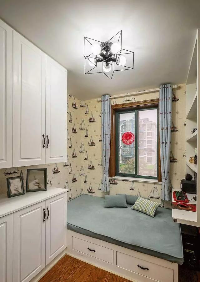 社会 正文  儿童房设计了榻榻米,和衣柜是一体式的,节省空间,榻榻米图片