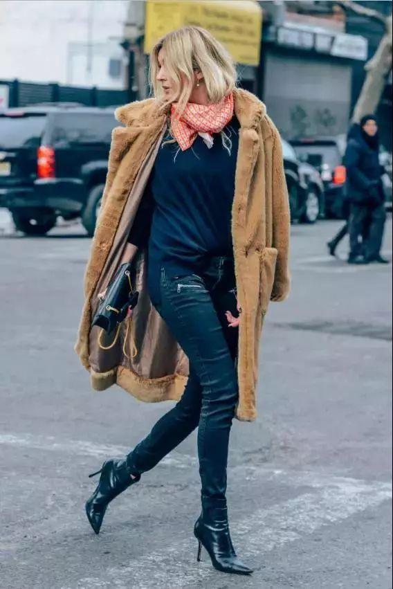 粗跟短靴相较于细高跟多了几分随性,搭配短上衣更显青春.图片