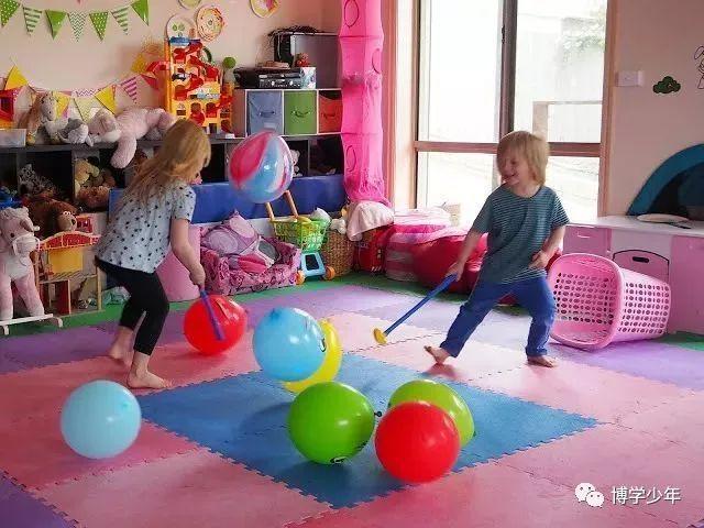 让孩子用棍子(硬纸筒,气球打气筒)把球赶到对方的球门里,数量多的为胜