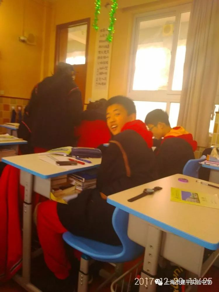 同学们在教室里布置气球,彩带,版画图片
